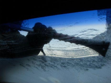 Cum să-ți dezgheți parbrizul într-un minut. Trucul pe care orice șofer trebuie să îl știe iarna. Video