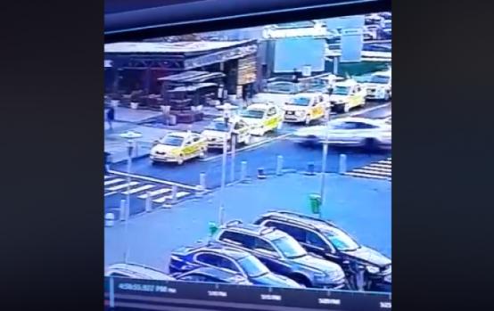 București. Un tânăr a intrat în plin în două taxiuri parcate lângă un mall! Video