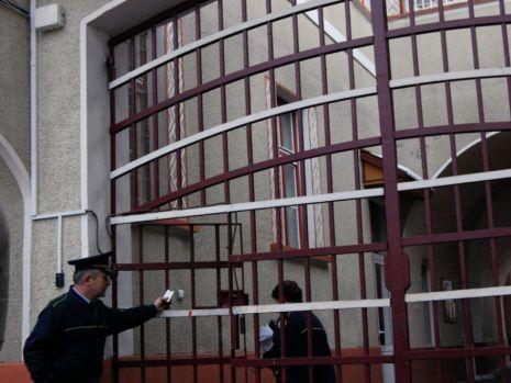 Sinucideri, droguri şi mii de telefoane mobile, în penitenciarele din România