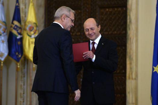 Băsescu i-a transmis un mesaj tranșant lui Dragnea: Pleacă acum! Și nu uita să-l iei și pe marele gânditor cu tine