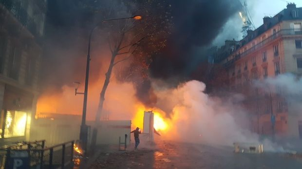 Franța. Ciocniri violente pe străzile Parisului între forţele de ordine şi sute de protestatari