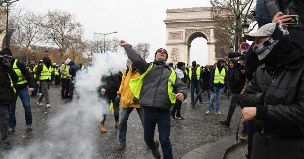 Franța. Aproape 500 de persoane reținute în timpul protestelor din Paris! Capitala în stare de asediu! Live Video