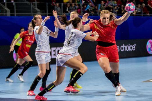 CE handbal feminin. România s-a chinuit cu Spania, scor 27-25, şi tricolorele sunt la un punct de semifinale