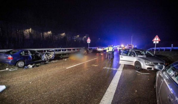 Germania. Accident foarte grav pe o autostradă. Șase mașini implicate, 21 de victime