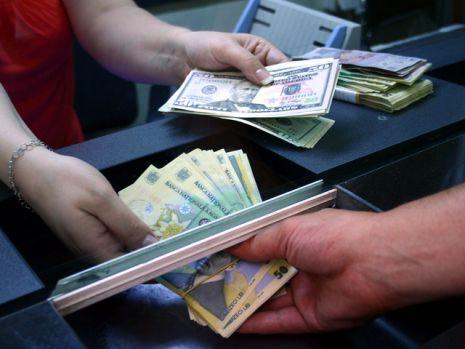 Curs valutar. Euro se mai depreciază un pic, dar aurul nu se oprește din creștere