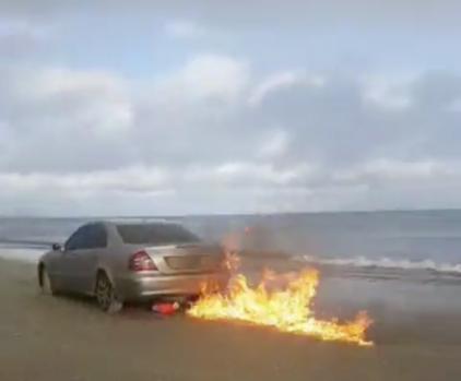 Irlanda. Cine este românul care și-a incendiat mașina pe o plajă! Foto în articol