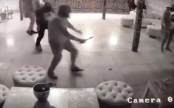 Video cu momentul în care autorul crimei din Mediaș a scos cuțitul. Imagini din interiorul clubului