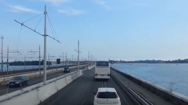 Italia. O româncă a determinat un polițist să se arunce de pe un pod din Veneția