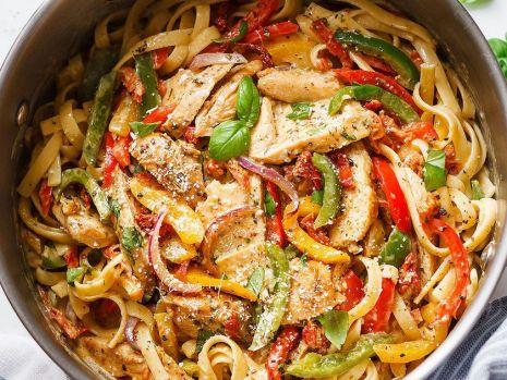 Cum se prepară pastele cu pui şi sos pesto. O rețetă delicioasă și ușor de gătit