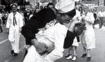 Marinarul care sărută cu pasiune o femeie, la sfârșitul celui de-al Doilea R…
