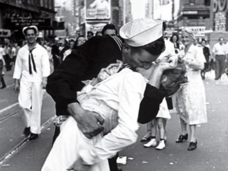 Marinarul care sărută cu pasiune o femeie, la sfârșitul celui de-al Doilea Război Mondial a murit