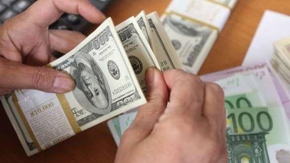 Curs valutar. Euro și dolarul se apreciază în debutul săptămânii