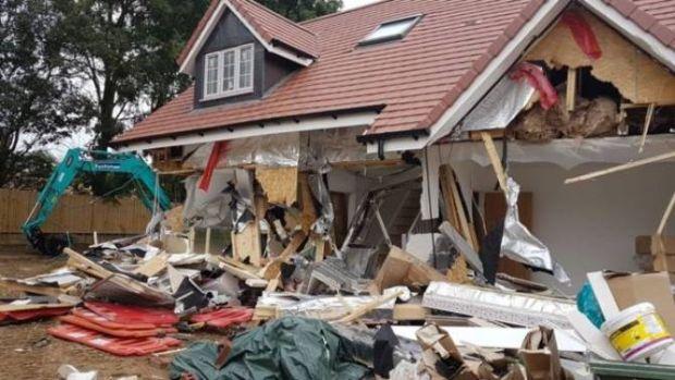 Marea Britanie. Un român a distrus cinci case cu un excavator