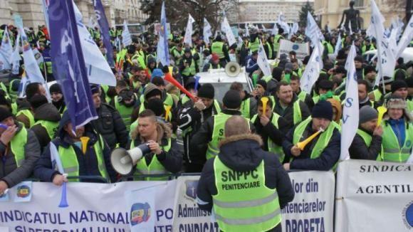 Sindicaliștii din poliţie şi penitenciare protestează în faţa Ministerului Justiţiei