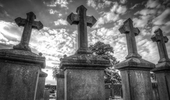 Italia. Șase români au vandalizat un cimitir și au furat tot ce au găsit în cale
