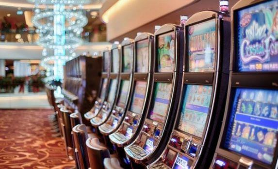 Cazinourile şi sălile de jocuri ar putea dispărea de la parterul blocurilor! Unde ar putea fi mutate