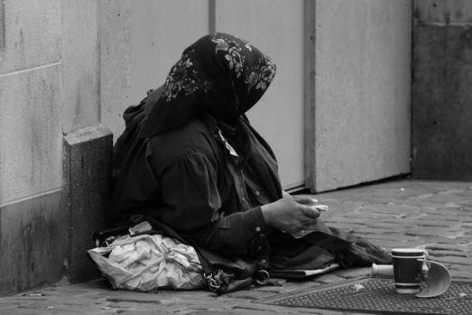 """SUA. O cerşetoare din România """"presta"""" cu iPhone X, geantă scumpă, bijuterii și cizme Michael Kors"""