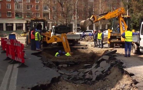 Galați. Un crater de aproximativ 20 de metri a apărut brusc în centrul orașului