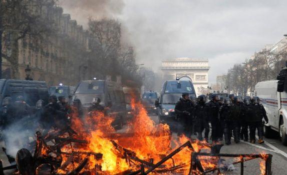 Franța. Violențe pe bulevardul Champs Elysées din Paris