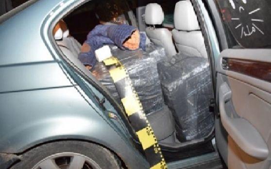 Arad. Polițist reţinut după ce a fost prins cu zeci de mii de pachete de țigări de contrabandă