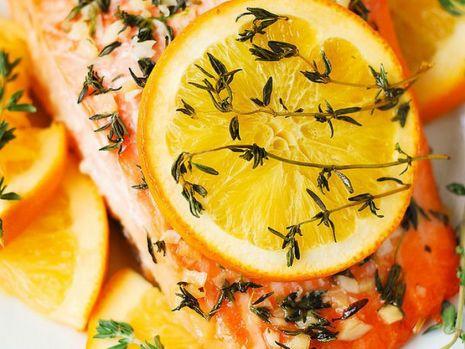 Cum se prepară somonul la cuptor, cu portocală şi rozmarin. O rețetă apetisantă și sănătoasă