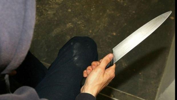 Craiova. Un neamț pe jumătate dezbrăcat și înarmat cu un cuțit a defilat printr-un mall! Video