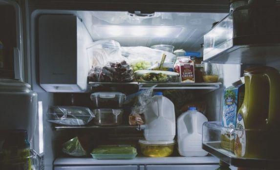 De ce frigiderul are lumină interioară, dar congelatorul nu?