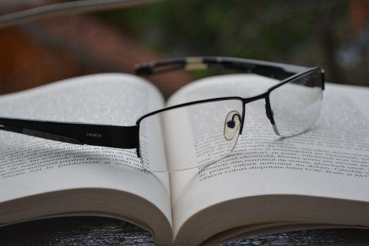 Cum se descurcau oamenii cu probleme de vedere înaintea inventării ochelarilor?