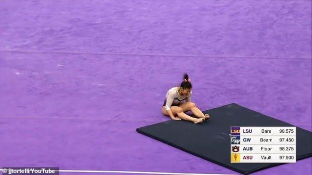 O gimnastă și-a rupt ambele picioare în timpul unui exercițiu la sol! Video cu un puternic impact emoțional
