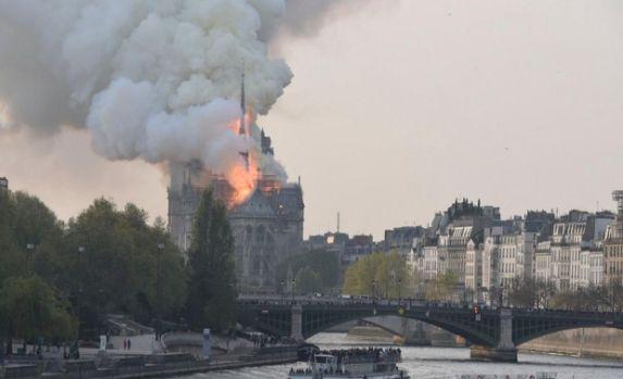 Franța. Incendiul de la Catedrala Notre-Dame a fost descoperit abia după a doua alarmă