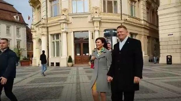 Carmen și Klaus Iohannis, la biserică în prima zi a Paștelui catolic. Mesajul președintelui pentru ortodocși