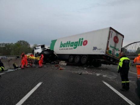 Italia. Șofer român de TIR, implicat într-un accident rutier grav
