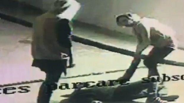 Jaf ca-n filme în parcarea unui mall. Trei tineri, deghizați în femei, au electrocutat victima și i-au furat portofelul. Video