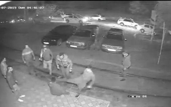Galați. Tânăr de 19 ani, bătut cu bestialitate de mai mulți taximetriști! Patru agresori au fost identificați! Video