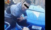 Italia. Un român și-a făcut un selfie cu un teanc cu bani în spatele unei mașini de lux a Poliției. Reacția genia…