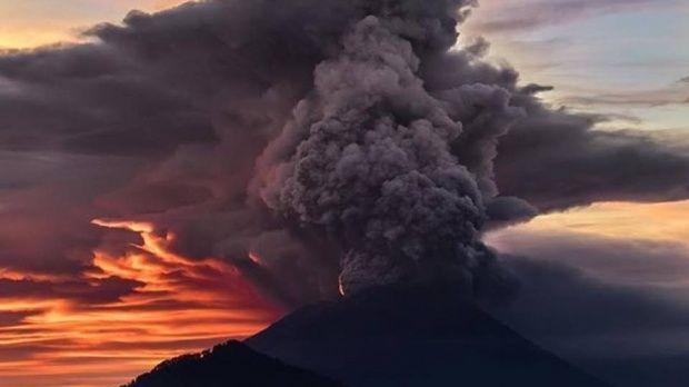 Indonezia. Vulcanul Agung, din Bali, a erupt! Video spectaculos