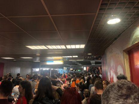 Haos pe magistrala de metrou Berceni-Pipera. Sute de oameni au fost blocați în stațiile Unirii și Victoriei