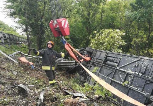 Italia. Un autocar cu 60 de turiști s-a răsturnat într-o râpă. O persoană a murit, 37 sunt rănite