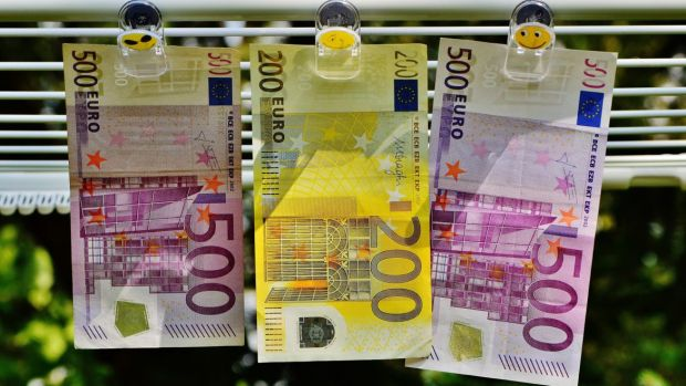 Curs valutar 15 mai 2019. Euro se depreciază insesizabil, iar dolarul se apreciază