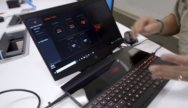 HP lansează un laptop cu două ecrane. Cum îl poți utiliza și cât costă! Video