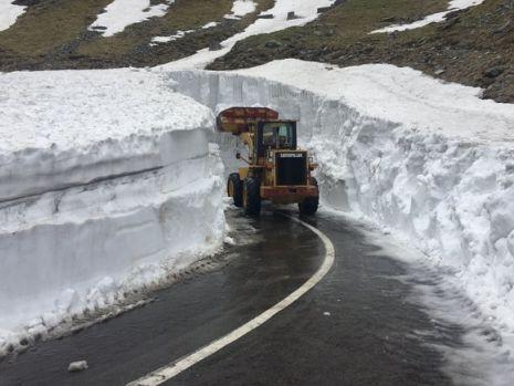 Zăpadă de 6 metri în România, la sfârșitul lunii mai. Drumurii lucrează de zor! Video