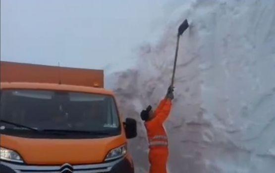Zăpada a ajuns la patru metri pe Transalpina! Video