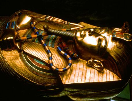 Misterul a fost descifrat! Din ce material a fost confecționată amuleta de pe pieptul faraonului Tutankhamon