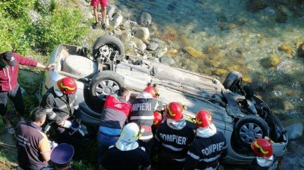 Gorj. Trei bărbați au murit, după ce mașina în care se aflau a căzut de pe pod în râul Gilort! Video