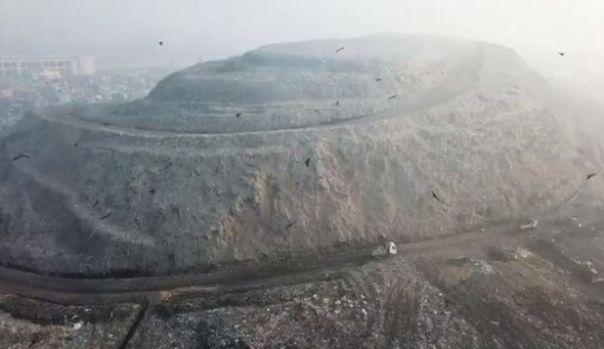 Muntele de deşeuri din India va întrece la anul celebrul Taj Mahal! Video