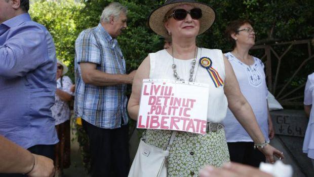 """Protest neautorizat la Cotroceni. 50 de persoane cer eliberarea lui Dragnea: """"Dragnea te iubim, noi ca tine nu găsim""""!"""