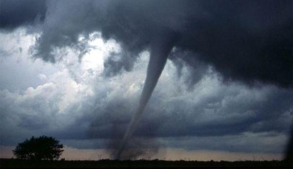 Ce trebuie să faci dacă te prinde o furtună în aer liber