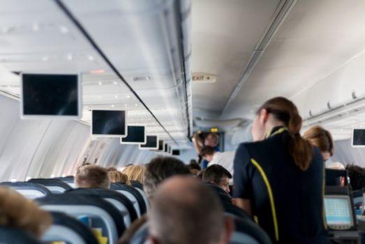 Scandal pe aeroportul Otopeni! Bărbat evacuat de forțele de securitate dintr-o aeronavă Tarom! Video
