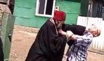 Un preot s-a dus rupt de beat la o pomană și s-a luat la bătaie cu rudele mor…