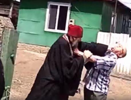 Un preot s-a dus rupt de beat la o pomană și s-a luat la bătaie cu rudele mortului! Video